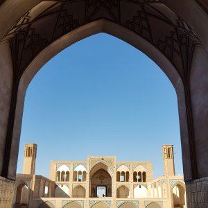 در مجاورت بقعه خواجه تاج الدین قرار دارد