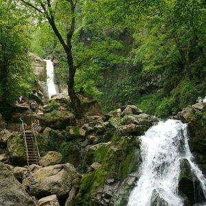 این آبشار در نزدیکی شهر خان ببین قرار دارد