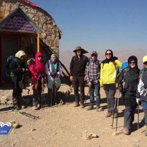 این قله در رشتهکوه البرز در بخش مرکزی واقع شده و در جنوبشرقی قله توچال به فاصله ۸ کیلومتری از آن قرار دارد.