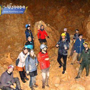 این غار در میان راه دلیجان به نراق و در منطقهای به نام چالنخجیر، و در دامنه کوه تخت واقع شدهاست.