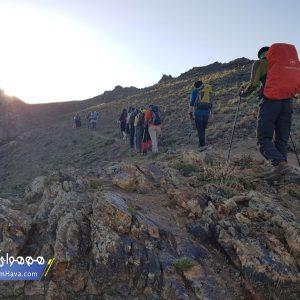 مسیرهای اصلی صعود به این قله همگی از مبدا روستای گرمابدر بوده و یال غربی قله را صعود میکنند.