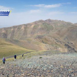 قلل کهار و ناز به ارتفاع ۴۰۵۰ و ۴۱۰۸ در منطقه البرز غربی واقع شدهاند. این قلل به طور طبیعی جدا کننده دره جاده چالوس و طالقان میباشد.