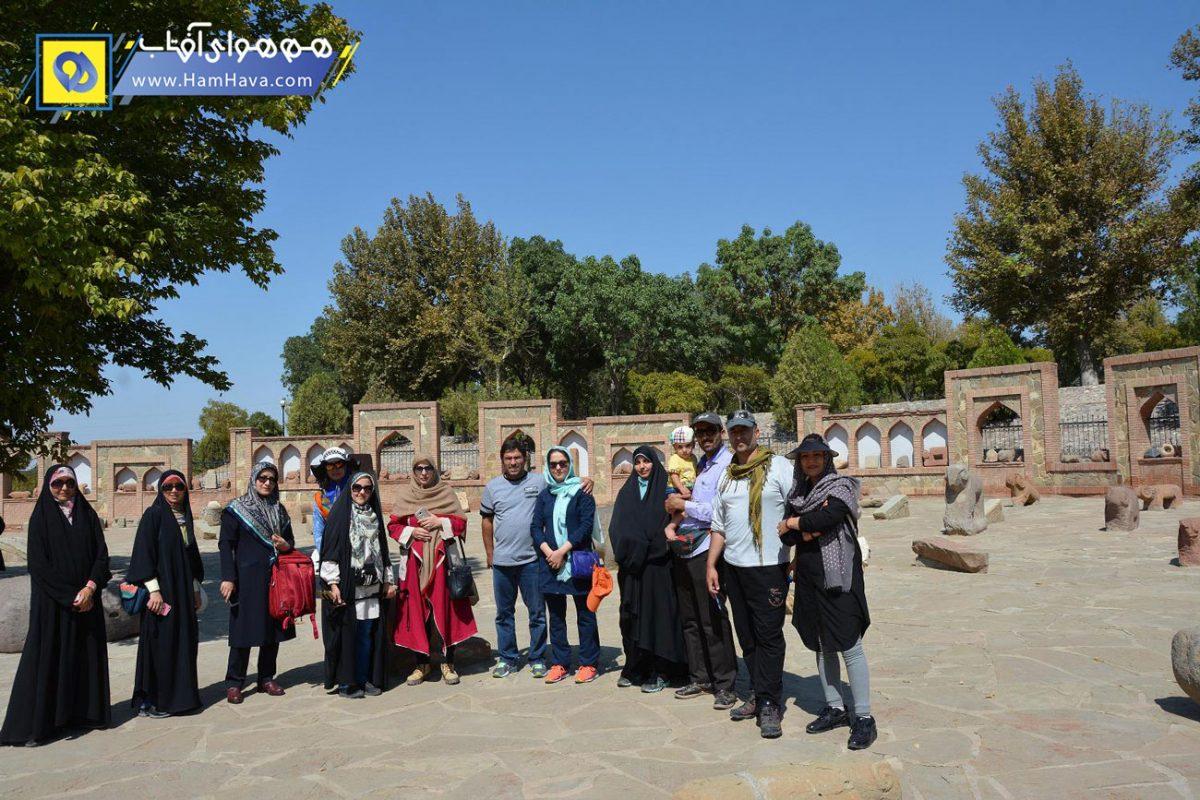 بخشی از جمهوری آذربایجان است که مرکز آن شهر نخجوان است. شهر نخجوان ۵۳۶۳ کیلومتر مربع وسعت دارد و کل جمهوری از ۸ شهر، ۸ شهرستان و در حدود ۲۰۳ روستا تشکیل شدهاست.