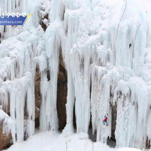 آبشار یخی هملون از برف، یخ و قندیل های سوزنی آب پوشیده شده و در دل یک دره جا خوش کرده است.