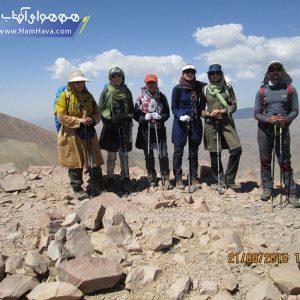 كوهستان سهند بعد از سبلان يكي از بزرگترين و مهمترين برجستگيهاي آذربايجان و از معروفترين كوههاي آتشفشان و خاموش ايران است كه در 50 كيلومتري جنوب تبريز و 40 كيلومتري شمال مراغه بين 12 و 46 تا 20 و 46 طول شرقي و 10 و 37 تا 35 و 37 عرض شمالي قرار گرفته است .