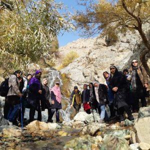 از ابتدای دره حصارک تا آبشار کمتر از یکساعت زمان میبرد